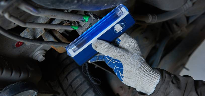 Car air-conditioner servicing, detection freon leak with ultraviolet lamp